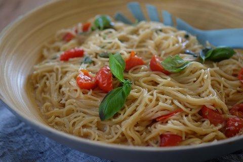 Mmmm! Deilig, kremet pasta med tomat, hvitløk, basilikum og parmesan,