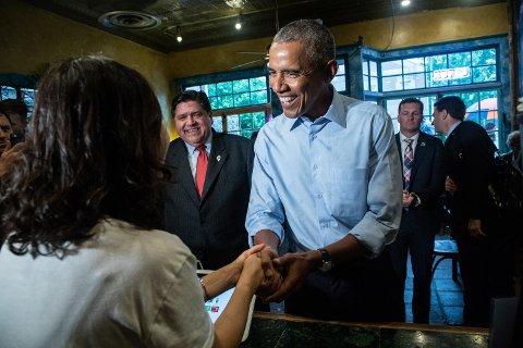 Tidligere president Barack Obama hilser på en kaféeier i Urbana i Illinois, hvor han har drevet valgkamp for Demokratene i forkant av høstens mellomvalg. 26. september kommer Obama til Oslo for å holde foredrag.