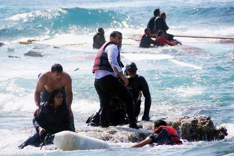 Disse flyktningene reddes av kystvakta utenfor den greske kysten i april april 2015. En trebåt som fraktet flyktningene, strandet utenfor Rhodos, og flere personer omkom.