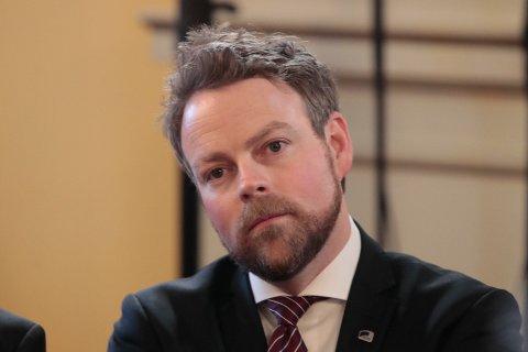 Næringsminister Torbjørn Røe Isaksen (H) mener Norge med Aps opplegg risikerer å ta imot svært mange kvoteflyktninger som skal bosettes i kommuner som ikke er i nærheten av å være gode nok på å integrere.