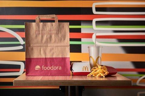 SAMARBEID: Nå kan du få McDonalds mat levert av Foodoras sykkelbud.