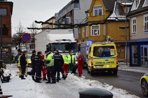 Nødetatene på plass på ulykkesstedet i Askim sentrum fredag.
