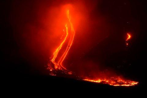 Rødglødende lava renner nedover siden av vulkanen Etna etter et utbrudd julaften. Foto: Orietta Scardino / AP / NTB scanpix
