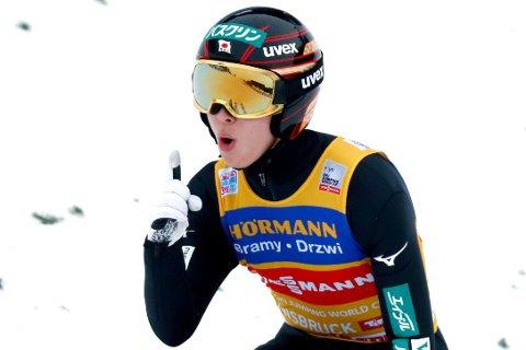 STILNET FANSEN: Hjemmetilhengerne i Bergiselbakken i Østerrike håpet nok at noen kunne tukte Ryoyu Kobayashi, men japaneren vant isteden sitt tredje hoppukerenn på rad.