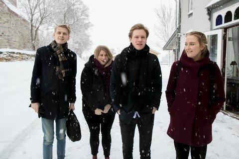 FpU-nestleder Andreas Brännström, KrFUs leder Martine Tønnessen, Unge Venstres leder Sondre Hansmark og unge Høyres leder Sandra Bruflot avla forhandlerne på Granavolden Gjæstgiveri på Hadeland en visitt forrige uke.