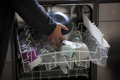 FYLL OPP OG SPAR: Oppvaskmaskinen bruker lite vann og bør derfor fylles helt opp. Og både vaskemaskinen og oppvaskmaskinen har gjerne ECO-programmer som sparer vann og strøm. FOTO: Colourbox