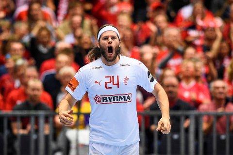 Mikkel Hansen herjet med Norge i gruppespillfinalen. Nå skal den skuddsterke danske stjernen sette svenskene på plass. (Photo by Jonathan NACKSTRAND / AFP)