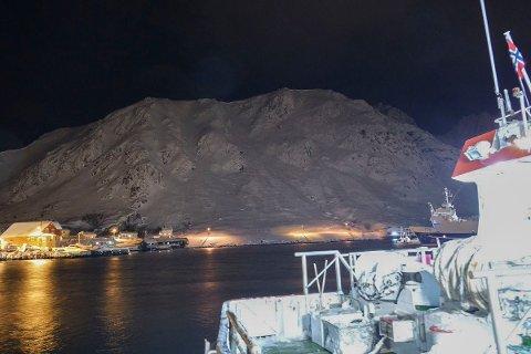 Nedskyting av snømasser og de vurderinger geologene gjør tirsdag vil avgjøre når de evakuerte i Lofoten kan flytte hjem igjen.