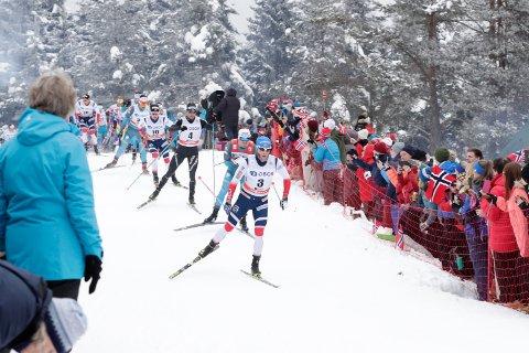 KAOS: Holmenkollen-helgen 2018 ble preget av mye kaos. Her et bilde av løperne i aksjon ute i løypene på herrenes femmil.