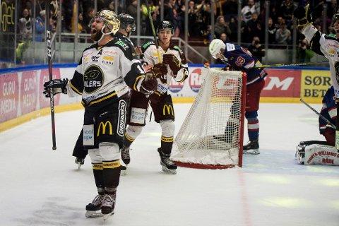 Stavanger Oilers og Jacob Lagace jubler etter å ha scoret mot Vålerenga hjemme i DnB Arena. I kvld kan det bli mer jubler for Lagace og oljegjengen. Foto: Carina Johansen / NTB Scanpix