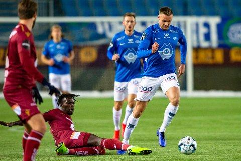SKAL SPILLE I SVERIGE: Moldes Stian Gregersen (til høyre) passerer Kristiansunds Amidou Diop i treningskampen mellom lagene på Aker Stadion i forrige uke.