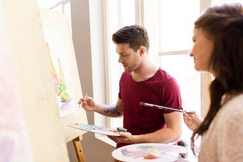 MALING: Hvis du vil komme nærmere partneren din, kan et malekurs være en svært god date-idé.