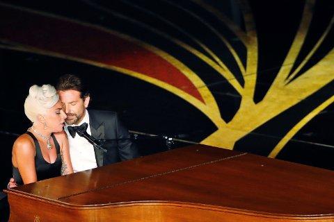 ROMANSERYKTER: Bradley Cooper og Lady Gaga satte fyr på romanseryktene igjen etter de fremførte «Shallow» på scenen under Oscar-utdelingen natt til mandag.