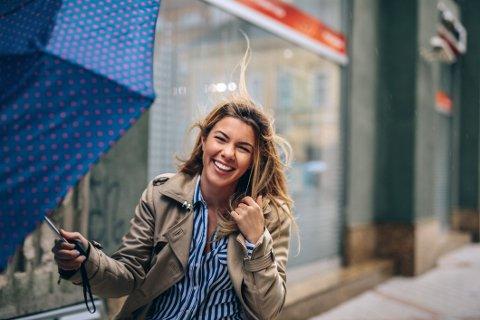 LYKKEFØLELSE: Noen er født lykkeligere enn andre. 80 prosent av den grunnleggende lykkefølelsen er nemlig genetisk bestemt, men vi påvirkes likevel av miljøet rundt oss.