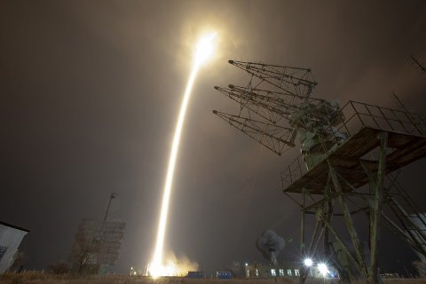 Et Sojus-romfartøy ble torsdag skutt opp fra Kasakhstan for å frakte to amerikanske astronauter og en russisk kosmonaut til Den internasjonale romstasjonen (ISS).