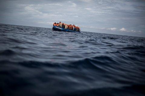 Illustrasjonsfoto: Migranter i en gummibåt på vei over Middelhavet.