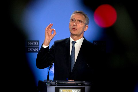 NATOs generalsekretær Jens Stoltenberg sier det ikke har vært noen framgang i samtalene mellom NATO og Russland om nedrustningsavtalen INF. Her fra fredagens pressekonferanse. Foto: Virginia Mayo /AP / NTB scanpix