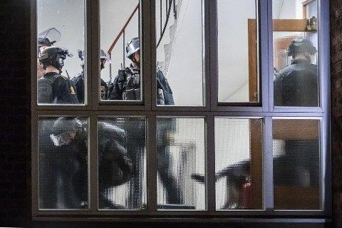 Politiet inne i bygget i Suhms gate der mannen hadde forskanset seg.