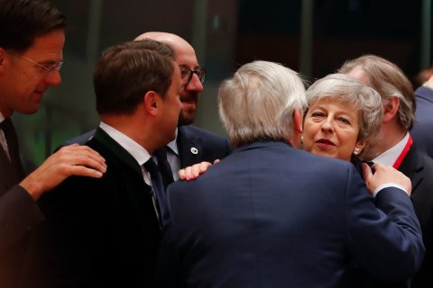 AVSKJEDSKLEM? EU-kommisjonens sjef Jean-Claude Juncker hilser på Storbritannias statsminister Theresa May.