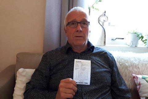 VERDT 15 MILLIONER: Et tippelag frå Årdal stakk av med 15 millooner kroner i lørdagens Lotto-trekning. Martin Øvstetun viser frem vinnerkupongen.