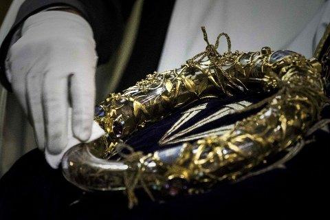 En prest ved Notre-Dame rengjør det som skal være selveste tornekronen til Jesus som han bar dagen han ble korsfestet.