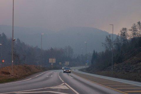 Tirsdag kveld var dette situasjonen mellomLyngdal og Kvinesdal. Røyken hang tung over E39.