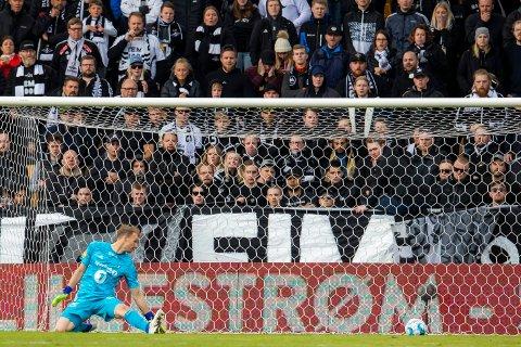 KAOS FØR KAMP: En del av Rosenborgs supportere på besøk i Lillestrøm lagde bråk før kampen på Åråsen lørdag. Her går ballen i mål fra LSK Daniel Gustavsson gå i mål foran tribunen med RBK-tilhengerne.