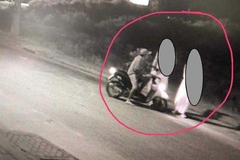 Overvåkningskameraopptaket viser den mistenkte voldtektsmannen (på motorsykkel) kommunisere med den norske kvinnen og hennes mannlige venn.