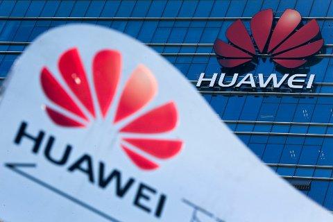 STANSER FORHÅNDSSALG: Britiske EE og Vodafone innstiller forhåndssalget av nye 5G-mobiler fra kinesiske Huawei. Foto: Andy Wong / AP / NTB scanpix