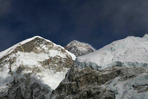 Toppen på Mount Everest har en høyde på 8.848 meter. Fjellet ligger på grensa mellom Nepal og den kinesiske regionen Tibet. Foto: Tashi Sherpa / AP / NTB scanpix