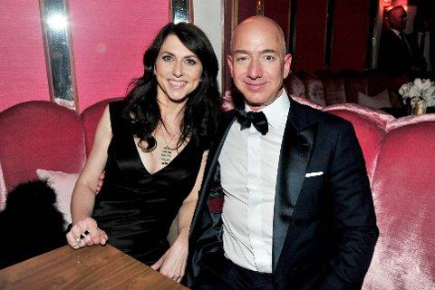 FRA DEN LYKKELIGE TIDEN: Dette bildet av Amazon-sjef Jeff Bezos og MacKenzie Bezos er fra 2017. I vinter ble det kjent at paret skal skilles. GETTY IMAGES NORTH AMERICA / AFP