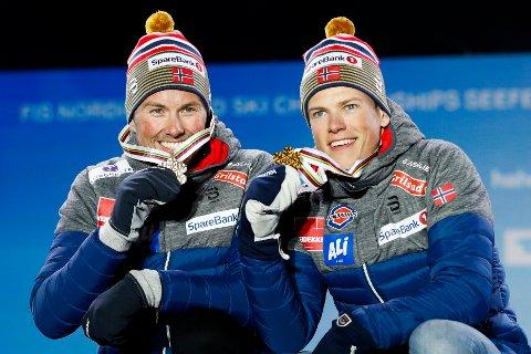 TO GLADE TRØNDERE: Emil Iversen og Johannes Høstflot Klæbo med gullmedaljene på podiet under medaljeseremonien i Ski-VM i Seefeld 2019. I 2025 kan de kanskje konkurrere på hjemmebane.