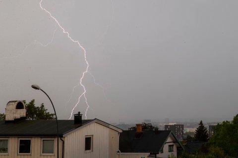 Uvær og lynnedslag sett fra Disen i Oslo torsdag ettermiddag. Nå begynner meldinger etter lyn- og vannskader å flomme inn. Foto: Luca Engeseth-Dolva / NTB scanpix