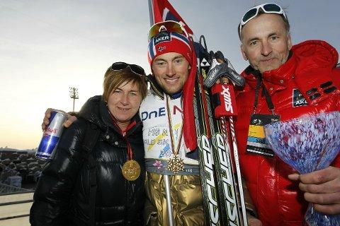 GÅR HVERT TIL SITT: May Northug og pappa John Northug har valgt å gå fra hverandre. Her med sønnen Petter etter mennenes 50 km fristil i Holmenkollen i 2011.