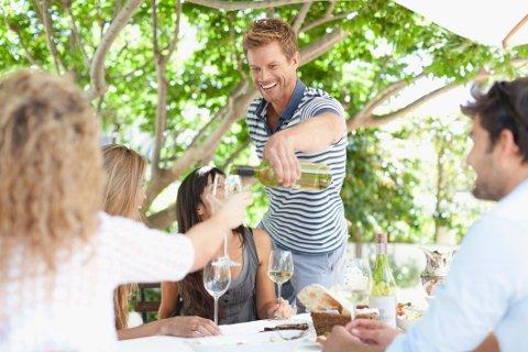 Mange forbinder ferietid med hyggelige restaurantopplevelser. Praksis om tips til servitører og kokker varierer veldig fra land til land (illustrasjonsbilde).