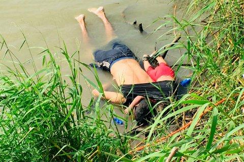 25 år gamle Óscar Alberto Martínez Ramírez og den 23 måneder gamle datteren Valeria omkom under kryssingen av elva Rio Grande på grensa mellom Mexico og USA. Bildet av de to har vakt sterke reaksjoner.