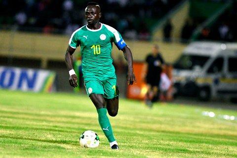 Sadio Mane (t.v.) vil lage problemer for Algerie-forsvaret i torsdagens kamp i Afrikamesterskapet.