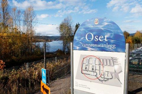 KRITISK: 90 prosent av drikkevannet i Oslo kommer fra Oset vannrenseanlegg, som henter råvann fra Maridalsvannet som ligger i bakgrunnen. Nå krever Mattilsynet fortgang i byggingen av en alternativ drikkevannskilde.