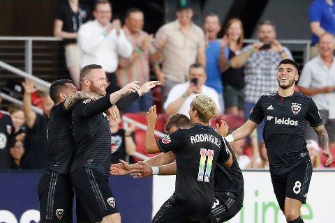 Wayne Rooney jubler sammen med lagkameratene etter det spektakulære målet sitt mot Orlando hjemme på Audi Field.