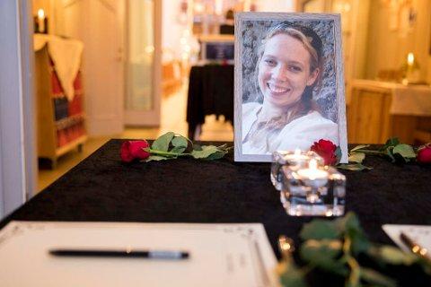 DREPT: Kisten med Janne Jemtland omringet av lys og blomster under begravelsen i Veldre kirke.