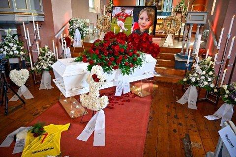 Torsdag var det begravelse for Kim André Nielsen og Benjamin Sørvang Nielsen fra Haug kirke i Hokksund.