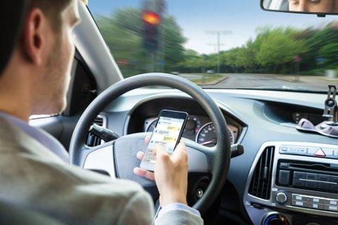 Straffen for å bli tatt for mobilbruk under bilkjøring ble etter nyttår justert opp til to prikker på førerkortet i tillegg til bot.