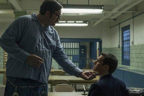 Jonathan Groff, som spiller FBI-agenten Holden Ford, møter mange kjente seriemordere i suksess-serien «Mindhunter». Her i en scene sammen med Cameron Britton som spiller seriemorderen Edmund Kemper - også kjent som «The Co-ed Killer». Foto: Netflix