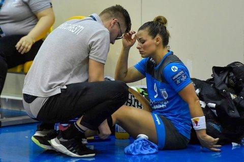 SKADE: Nora Mørk får tilsyn etter at hun måtte forlate banen etter en smell i kneet i sin debut for Bucuresti søndag.