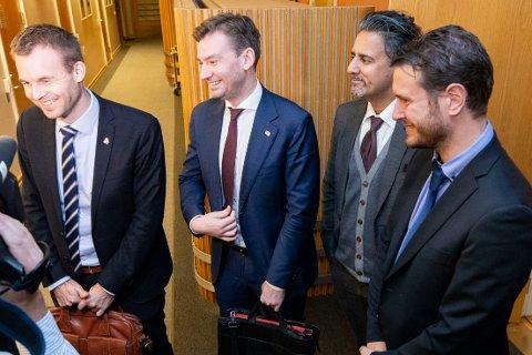 KrF-nestleder og finanspolitisk talsmann Kjell Ingolf Ropstad (til venstre) fikk søndag et nytt tilbud fra regjeringspartienes finanspolitikere Henrik Asheim (H), Abid Raja (V) og Helge André Njåstad (Frp) i forhandlingene om neste års statsbudsjett.