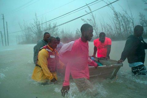 Frivillige tar seg ut med båter i de flomutsatte områdene for å redde familier fra oversvømte hjem ved broen Causarina i Freeport på øye Grand Bahama tirsdag. Foto: Ramon Espinosa / AP / NTB scanpix
