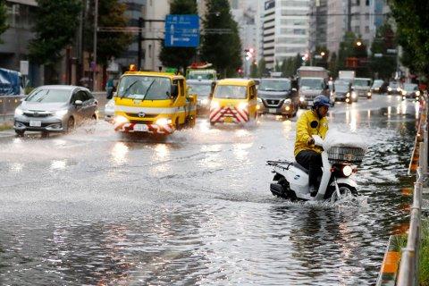 Mye vann i gatene i Japans hovedstad Tokyo da tyfonen Faxai rammet landet natt til mandag. Foto: Kyodo News/ AP/ NTBscanpix