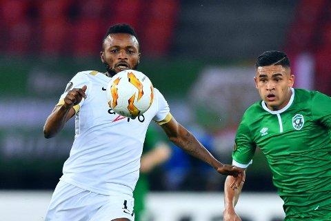 ANGREPET AV PØBLER: Sierra Leones landslagskaptein Umaru Bangura (til venstre), her i aksjon for klubblaget FC Zürich mot Ludogorets i Europa League forrige sesong.