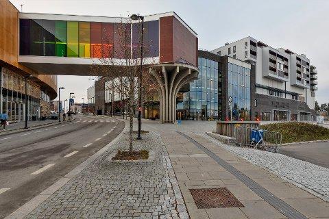 Politiet rykket mandag ut med store ressurser etter en bombetrussel på Jessheim storsenter.