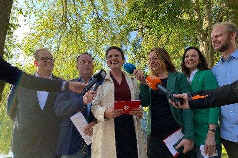 FERDIG FORHANDLET: Fra venstre - Eirik Faret Sakariassen (SV) blir leder for kommunalutvalg for oppvekst, Frode Myrhol (FNB) leder kommunalutvalg for samfunnsutvikling, Kari Nessa Nordtun (Ap) blir ordfører, Dagny Hausken (Sp) blir varaordfører, MDGs Daria Maria Johnsen, og Mímir Kristjánsson blir leder for kommunalutvalget for arbeid.